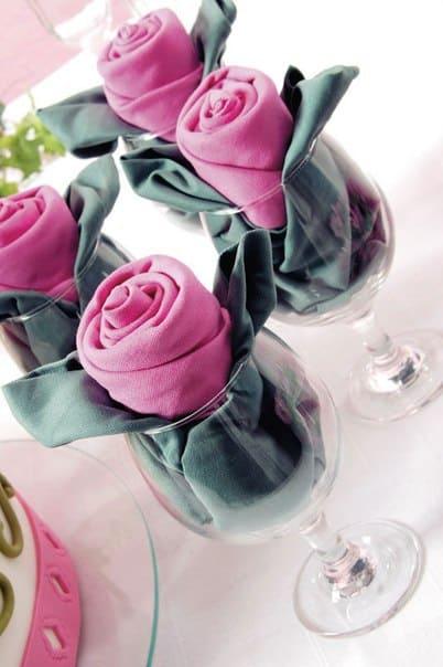 Presenta las servilletas como flores