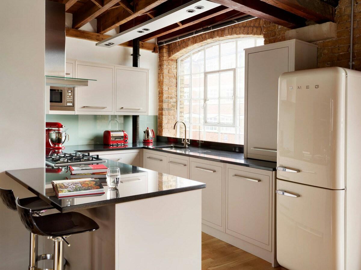 17. Elegant Fine Edged Kitchen Peninsula