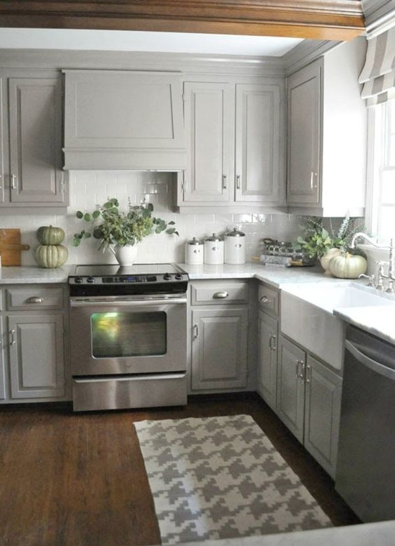 17. Well Arranged Kitchen Countertop With Green
