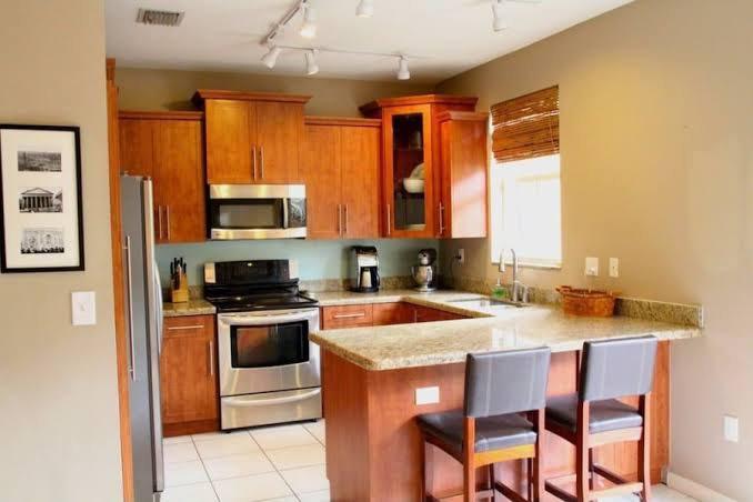 19. Traditional U-shaped Kitchen Peninsula