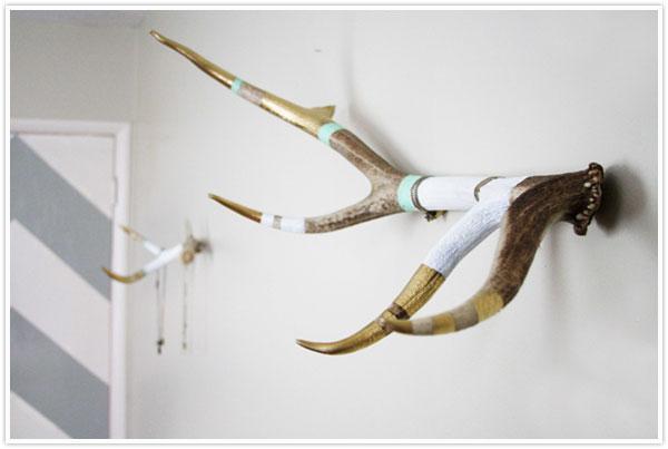 11-DIY-Hat-Rack-With-Antlers