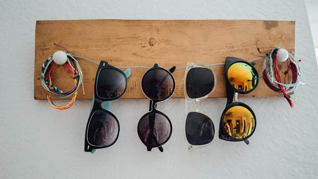 10-DIY-Sunglasses-Organizer-With-Wood