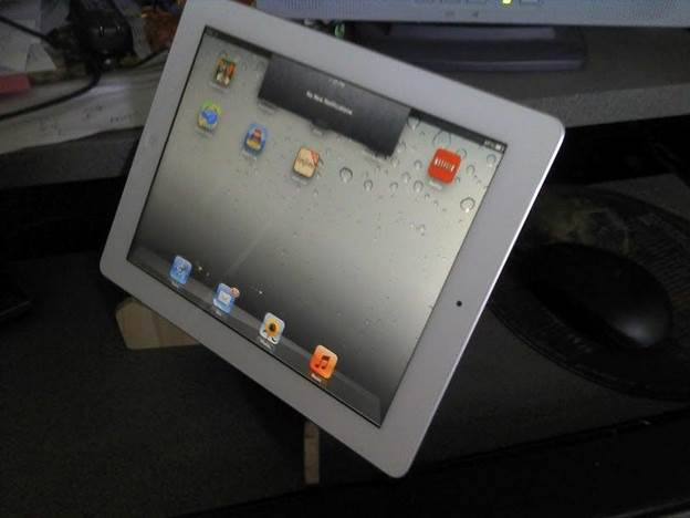 17-DIY-Tablet-Stand-From-Laminate-Leftovers-