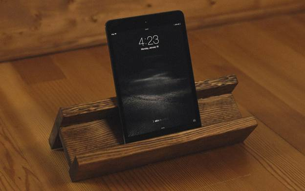 3-Wooden-Tablet-Stand-DIY