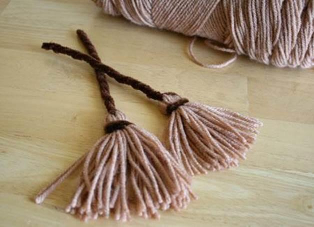 24-DIY-Mini-Yarn-Witches-Broom