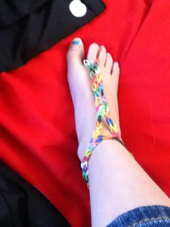 18-DIY-Rubber-Band-Barefoot-Sandals
