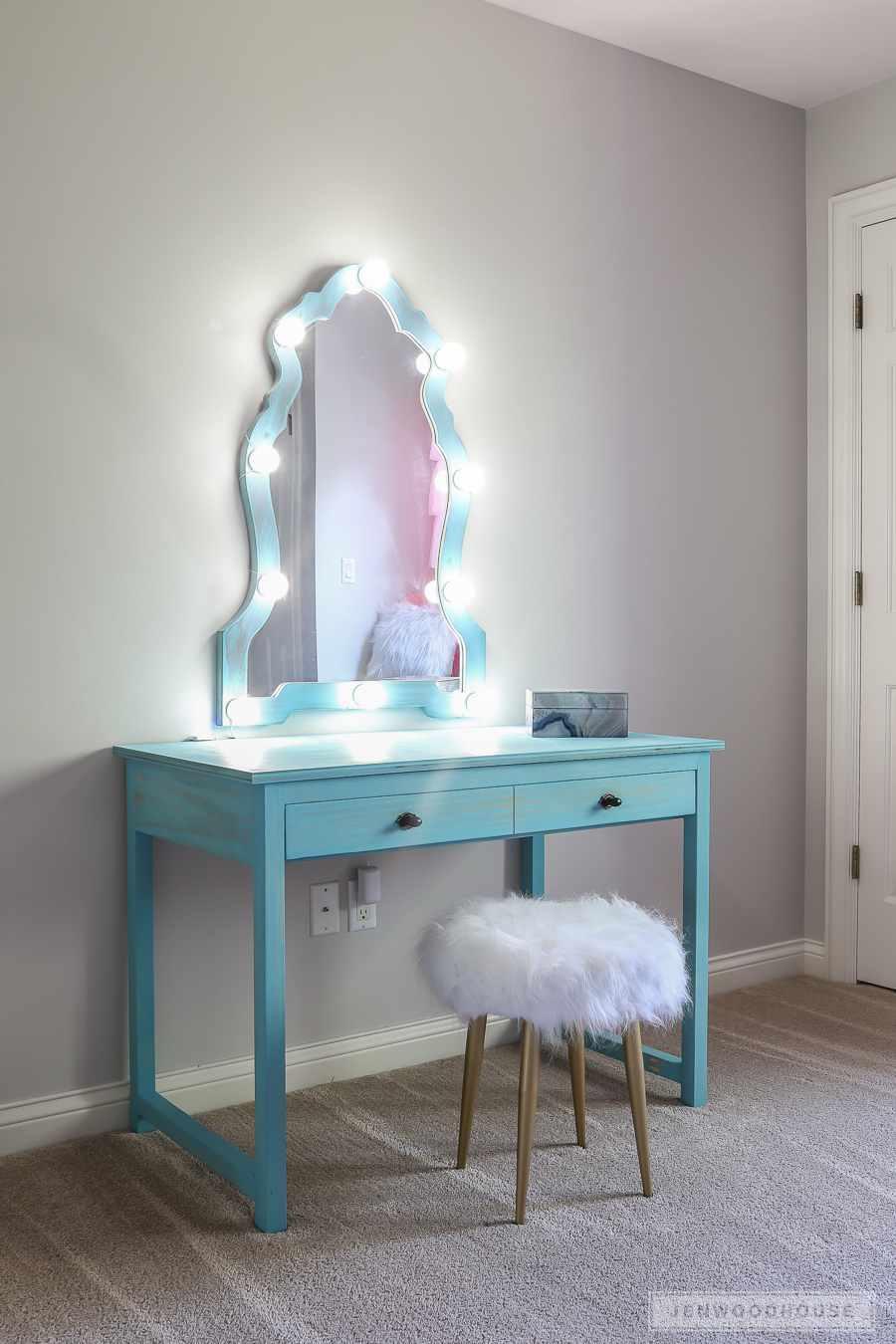 13-DIY-Makeup-Vanity-With-Lights