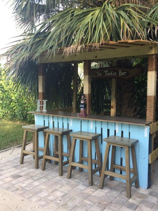 15. DIY Pallet Tiki Bar