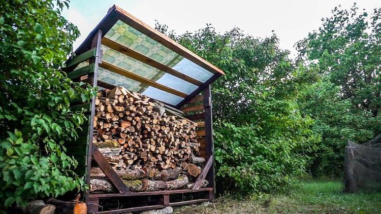 17. Simple Pallet Firewood Shed