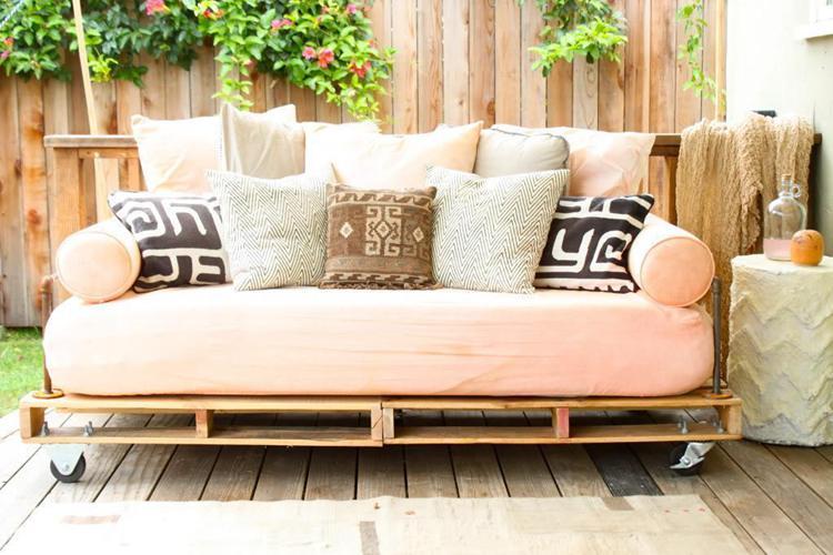 3. DIY Pallet Daybed