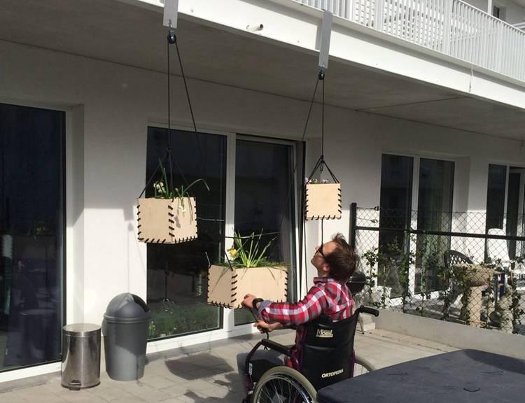 7. Liftable Hanging Planters DIY